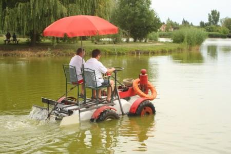 Úszó alkalmatlanságok tréfás vetélkedője és ''Tó parti Bogrács party'' Nyíregyházi Napló módra